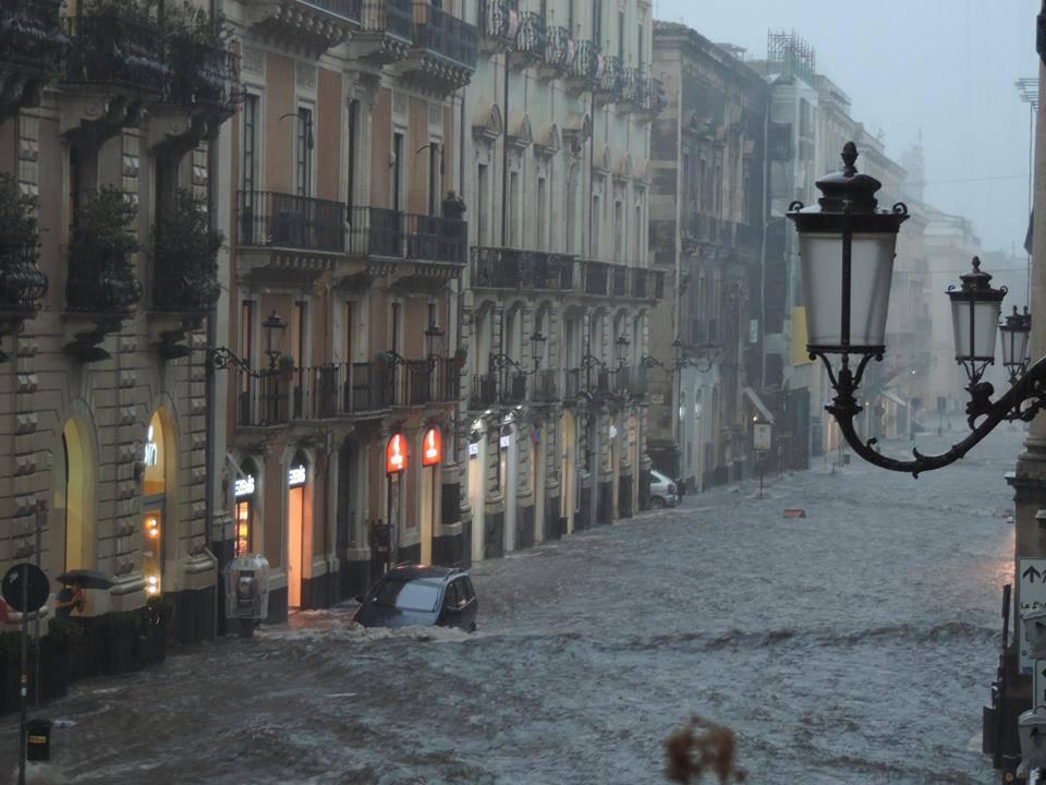 Nubifragio a Catania. Via Etnea allagata