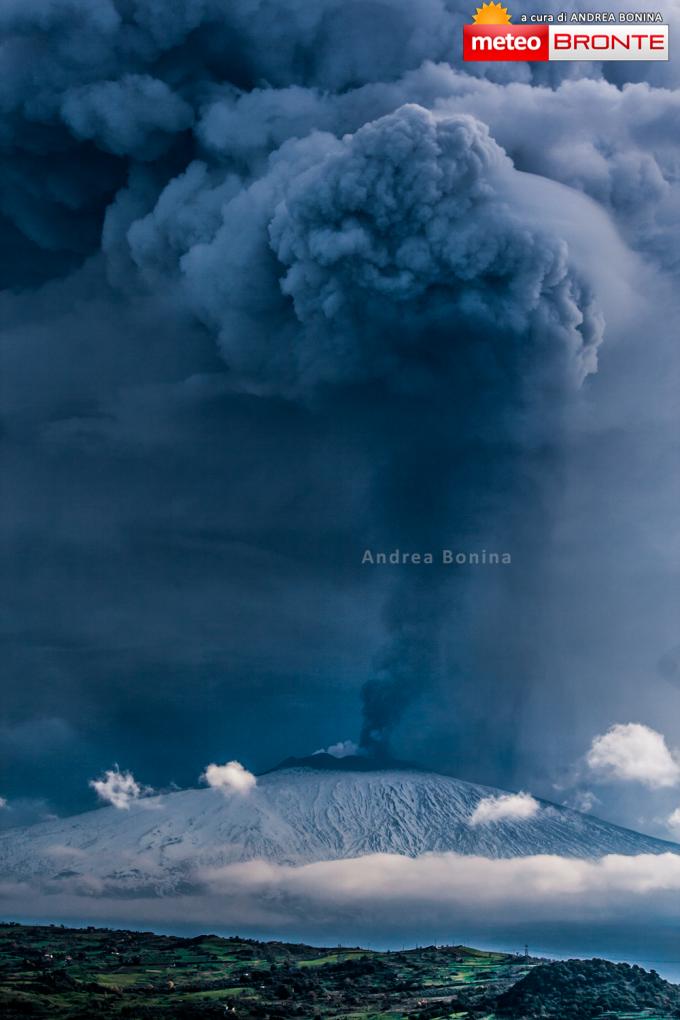 La colonna eruttiva vista dal territorio di Bronte.   Foto di Andrea Bonina